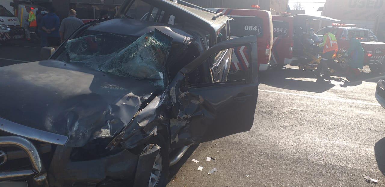 Taxi and bakkie collide leaving twelve injured in Randfontein